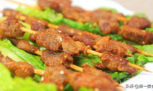 想吃羊肉串不用去夜市,做法诀窍教你在家烤,羊肉鲜嫩多汁又焦香